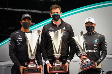 Toto Wolff, flanqueado por los pilotos Lewis Hamilton y Valtteri Bottas; el austríaco diseñó la estructura para que Mercedes domine la era híbrida de la Fórmula 1