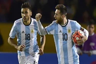 Lionel Messi festeja un gol y lo acompaña Eduardo Salvio; ambos podrían estar presentes en el primer partido de eliminatorias, con Ecuador en la Bombonera.