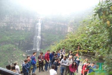Un grupo de turistas disfrutando de la naturaleza del lugar