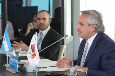 El presidente Alberto Fernández, junto al ministro Martín Guzmán