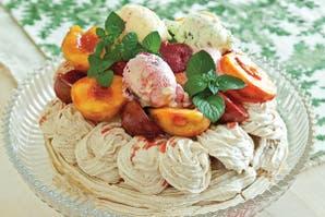 Canasta de merengue de almendras con frutas y helado