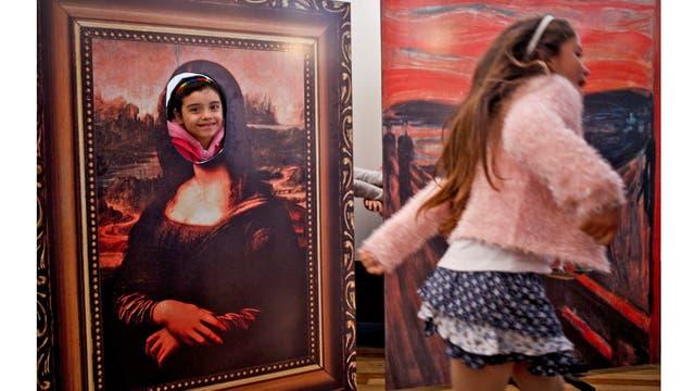 Selenna, derecha y Génesis que posan dentro de una pintura de Mona Lisa, juegan en el museo Artequin durante las celebraciones que marcan el Día del Niño Transgénero en Santiago, Chile