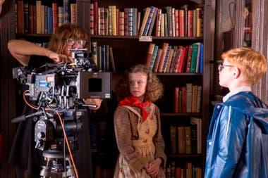 Coixet operando la cámara durante el rodaje de La librería
