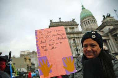 Desde temprano, en la plaza frente al Congreso, se concentra un grupo que está a favor de la despenalización