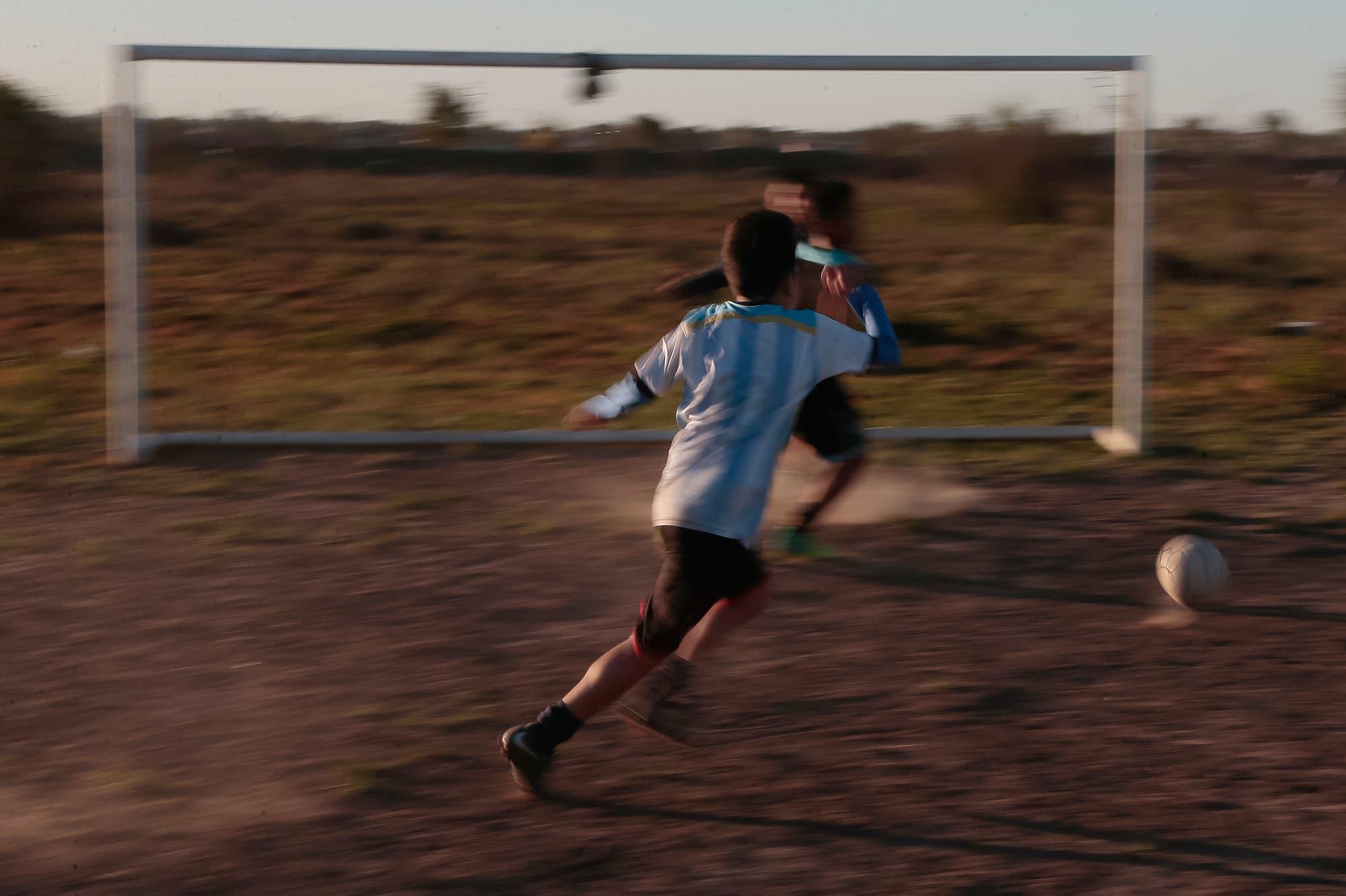 Coronavirus en Bahía Blanca: cuatro adolescentes jugaban al fútbol y fueron demorados por violar la cuarentena