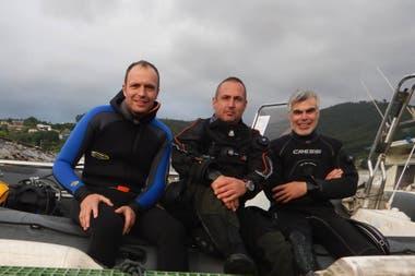 Los tres submarinistas que localizaron los restos del submarino, tras la inmersión
