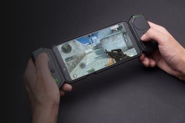 El smartphone gamer Black Shark Helo de Xiaomi, con su gamepad conectado