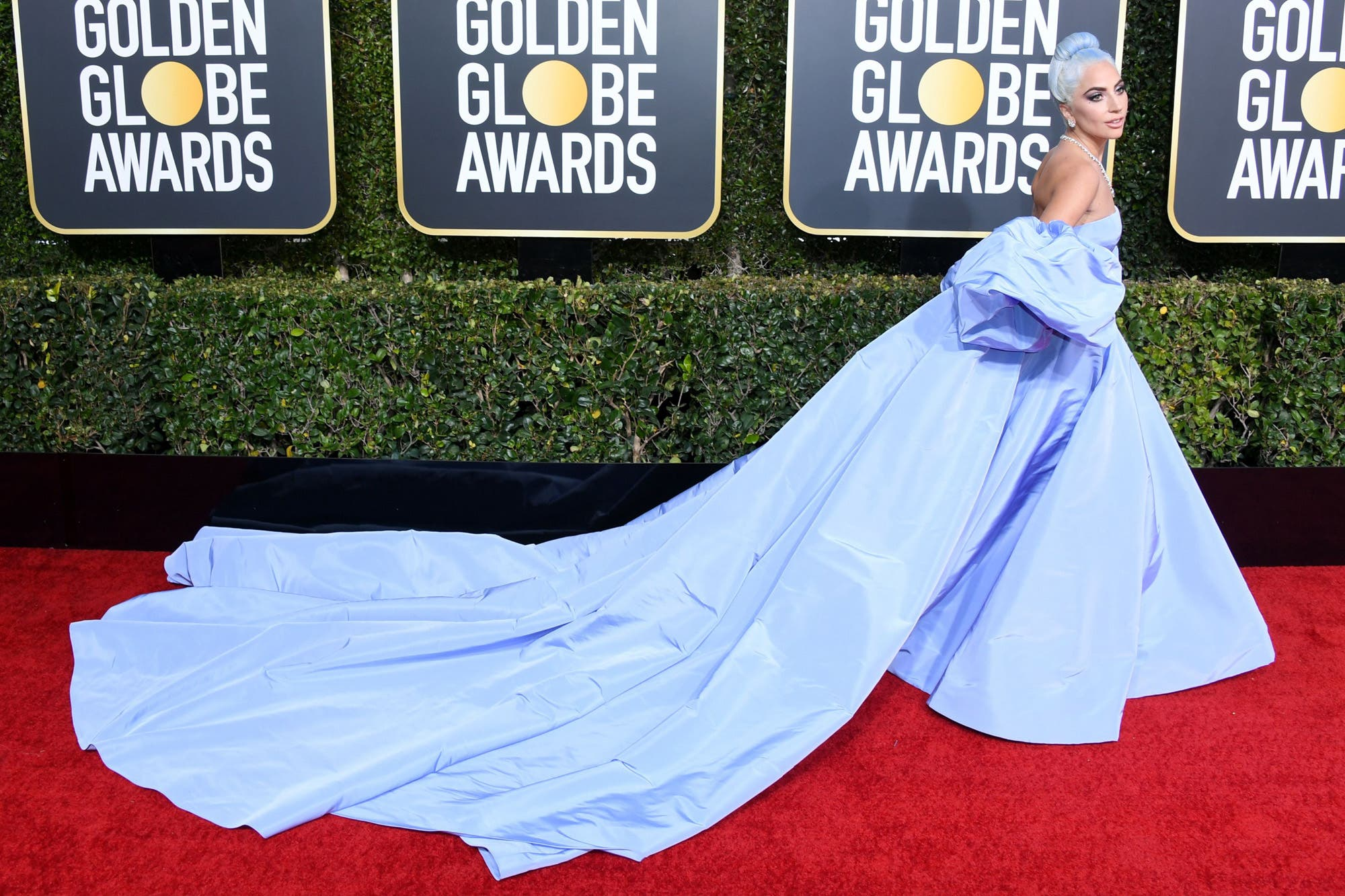 88e179741 Siete tendencias de moda que pisaron fuerte la alfombra roja de los Globo  de Oro - LA NACION