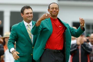 Tiger Woods se prueba el tradicional saco verde de los campeones del Master de Augusta