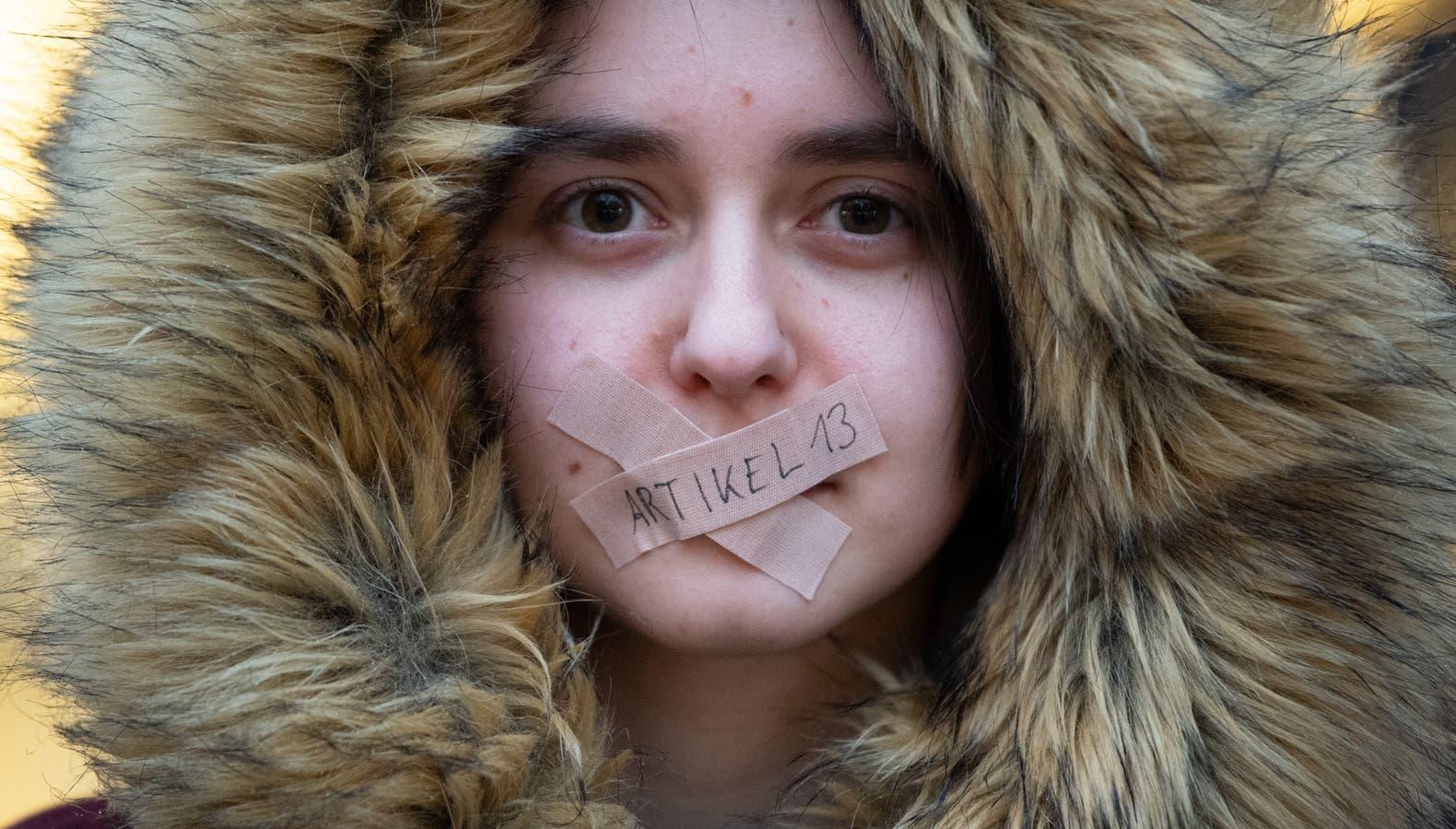 Una manifestante contra la regulación de derechos de autor