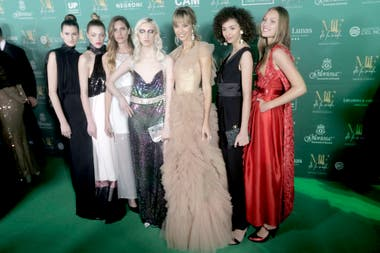 Lorena Ceriscioli -con vestido de Javier Saiach- y las modelos de su agencia, Lo Management