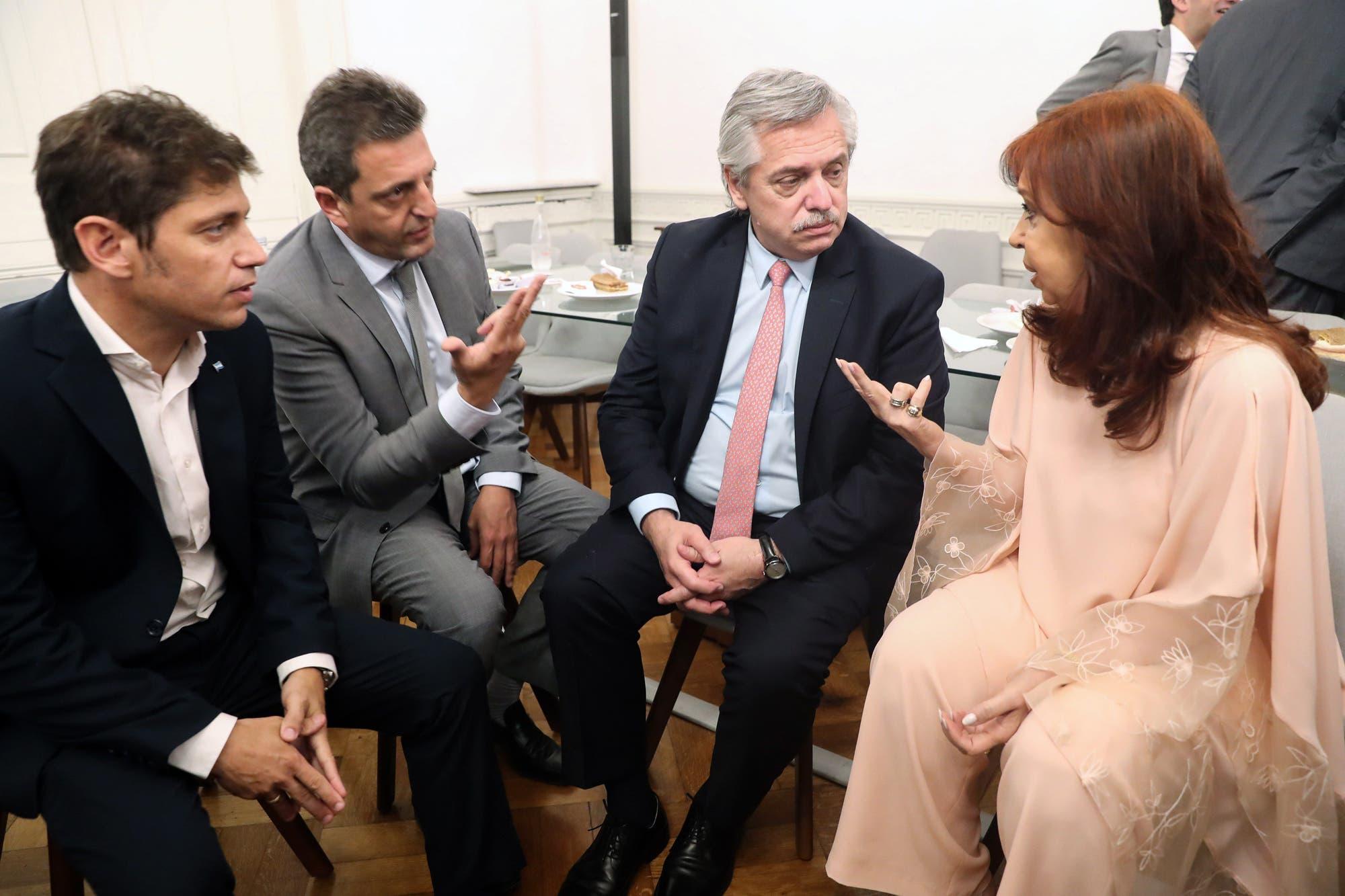 Acto en el Estadio Único: Axel Kicillof anuncia medidas sociales y busca una foto con Alberto Fernández, Cristina y Máximo Kirchner y Sergio Massa