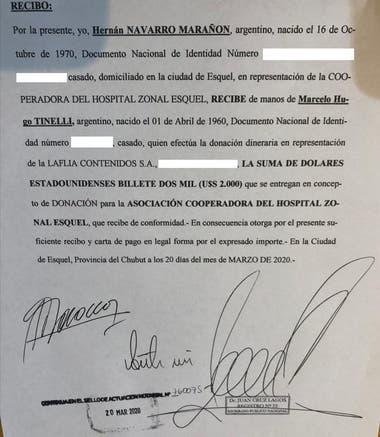 El acta firmada ante escribano que registra el momento en que Marcelo Tinelli, en nombre de su productora La Flia, dona los dos mil dólares para el hospital zonal de Esquel