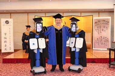 Kenichi Ohmae, presidente de la universidad, junto a los robots de telepresencia que fueron en representación de los alumnos