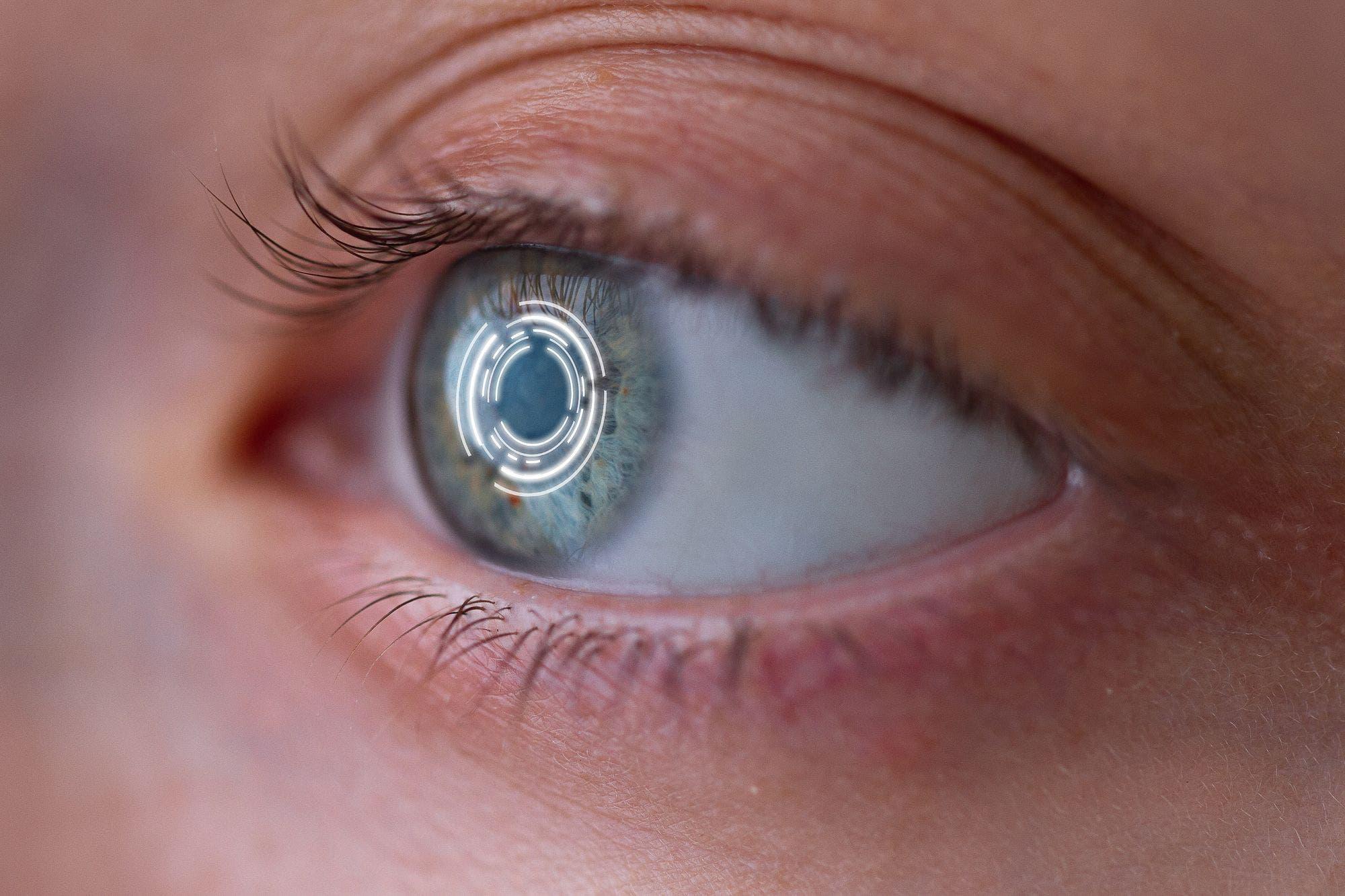 Crean un ojo robótico que funciona con energía solar y replica la retina humana