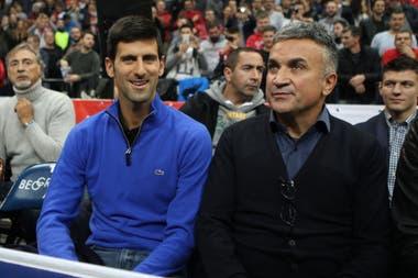 Novak Djokovic con su padre, Srdjan, que dio a conocer una polémica opinión acerca de Federer