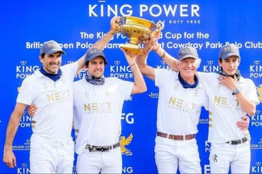 El que hasta ahora es el máximo logro de los Cambiaso juntos: la Copa de Oro de Inglaterra, ganada en julio junto a su amigo Diego Cavanagh y el patrón francés Jean-François Decaux.