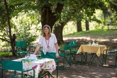 María Eugenia anota en una ficha personalizada los gustos y preferencias de sus huéspedes.