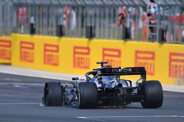 El Mercedes N°44, de Lewis Hamilton, cruza la meta y gana el Gran Premio de Gran Bretaña, el domino en Silverstone; el piloto fue conducido a través de la radio por su ingeniero de pista para sellar una victoria épica en el circuito de Silverstone