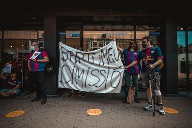 Algunos hinchas de Barcelona pidieron este domingo la renuncia del presidente Bartomeu