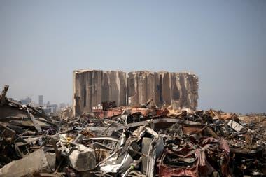 Un carguero destrozado por las explosiones del 4 de agosto, en el medio de los escombros del puerto de Beirut, el 31 de agosto