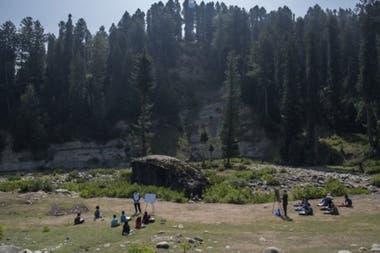 """En Cachemira, los niños estudian al aire libre, incluso en condiciones climáticas impredecibles, ya que el """"aula nueva"""" está al pie de la cordillera del Himalaya."""