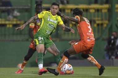 Enzo Fernández maniobra en el 3-0 sobre Delfín; Defensa y Justicia la tiene difícil, en caso de superar a Olimpia el próximo miércoles se le allanará el camino.