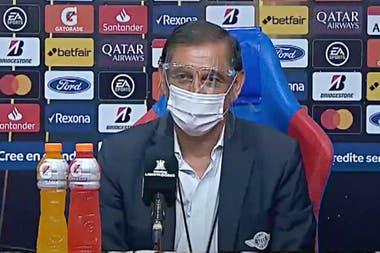 Con barbijo y mascarilla, Ramón Díaz respondió a las preguntas luego de la derrota de su equipo, Libertad de Paraguay, por 2-0 ante Boca, en Asunción, por la Copa Libertadores.