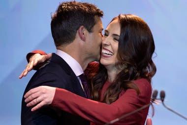 Ardern junto a su marido, Clarke Gayford, en el evento de la noche de las elecciones del Partido Laborista
