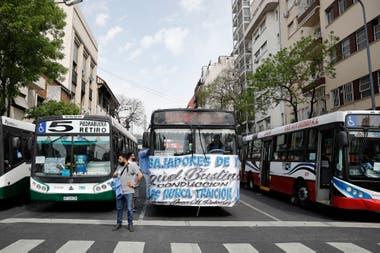 La militancia peronista se concentró en Plaza de Mayo y protagonizó una movilización en los autos