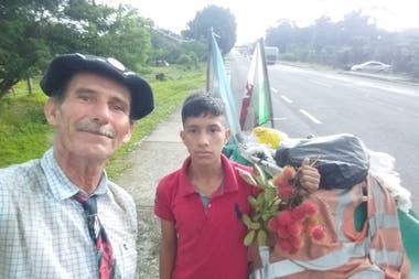 Martín Echegaray Davies caminó en soledad, arrastrando su carricatre, como bautizó al carrito donde llevaba sus pertenencias