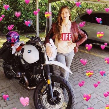 La nieta de Mirta Legrand sonrió junto a una de sus motos favoritas