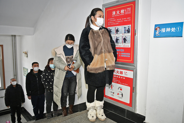 Las personas hacen cola para recibir vacunas contra el coronavirus en un centro de salud en Yantai, en la provincia de Shandong, en el este de China, el 5 de enero de 2021
