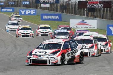 Matías Rossi (Toyota Gazoo Racing) se repuso de una fallida largada, avanzó hasta el quinto puesto y llegará al desenlace del campeonato con 27 puntos de ventaja, con 33 en juego, sobre Agustín Canapino
