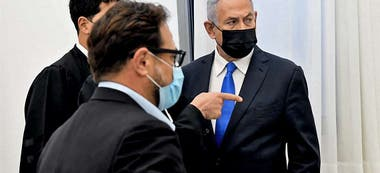 En la vista del lunes Netanyahu presentó una respuesta por escrito a las acusaciones. Su abogado presentó alegaciones procedimentales contra los casos, afirmando que el secretario de Justicia no había aprobado las investigaciones adecuadamente. Tras unos 20 minutos, Netanyahu abandonó la sala sin ex