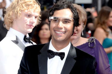 Kunal Nayyar, de The Big Bang Theory, en la alfombra roja de los Emmy 2013 con sus Google Glass