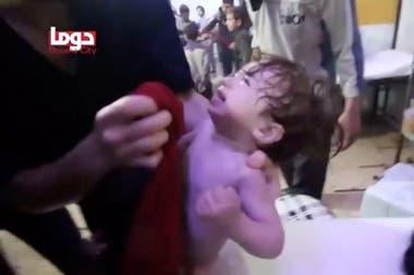 Una captura de video muestra a los socorristas asistiendo a los niños víctimas del ataque