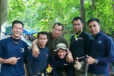 El suboficial Saman Gunan, a la izquierda, junto a sus compañeros de Seals