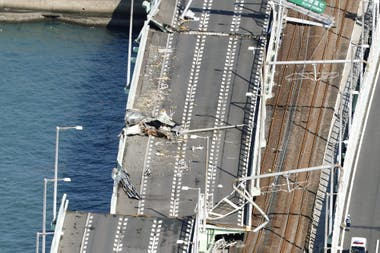 El puente que une el aeropuerto de Kansai con tierra firme, fue destruido por un barco petrolero a la deriva por el temporal