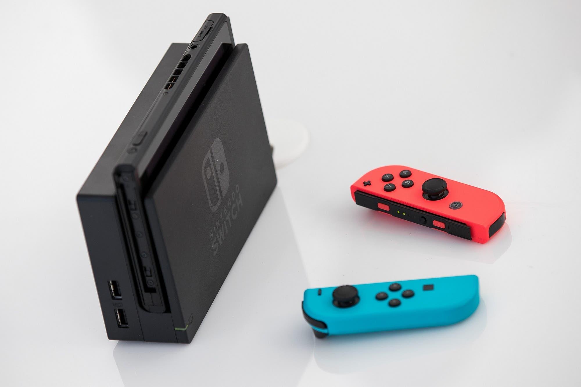 Nintendo recuerda a los usuarios de Switch que no introduzcan objetos extraños en la ranura para tarjetas de la consola