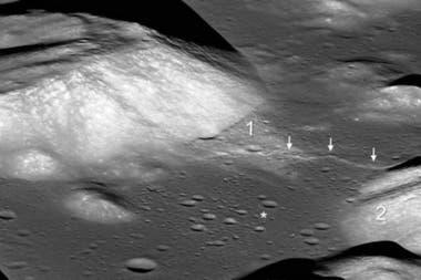 Las flechas indican una falla en un valle de la Luna llamado Taurus-Littrow. El asterisco muestra el sitio de alunizaje de la misión Apollo 17