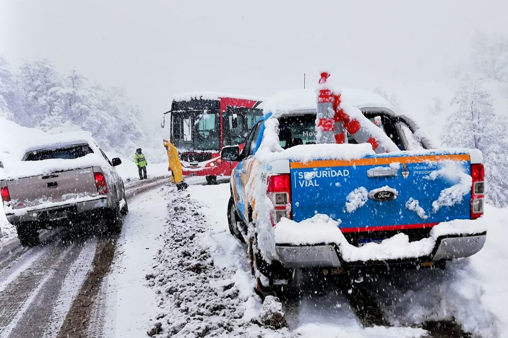 Temporal de nieve: trabajan para despejar 500 kilómetros de ruta en la Patagonia