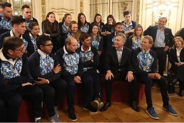 El presidente Mauricio Macri compartió algunos minutos con un grupo de atletas argentinos