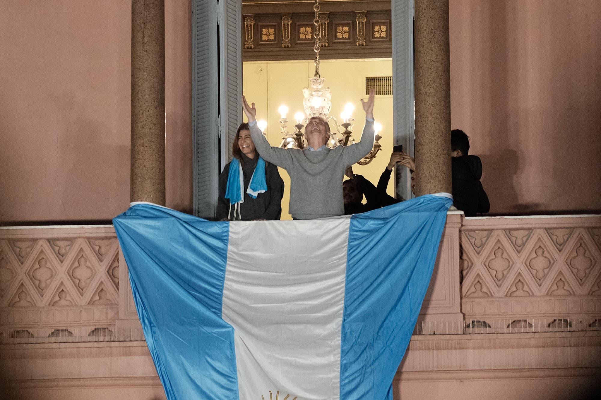 """#24A: Macri saludó desde Casa Rosada a miles de personas concentradas en Plaza de Mayo: """"Tres años y medio es poco"""""""