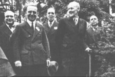 Paul Harris visita a cidade de Buenos Aires em 1936 e planta um jacarandá - a árvore da amizade - em Palermo, ao lado do presidente da RCBA na época, David Spinetto