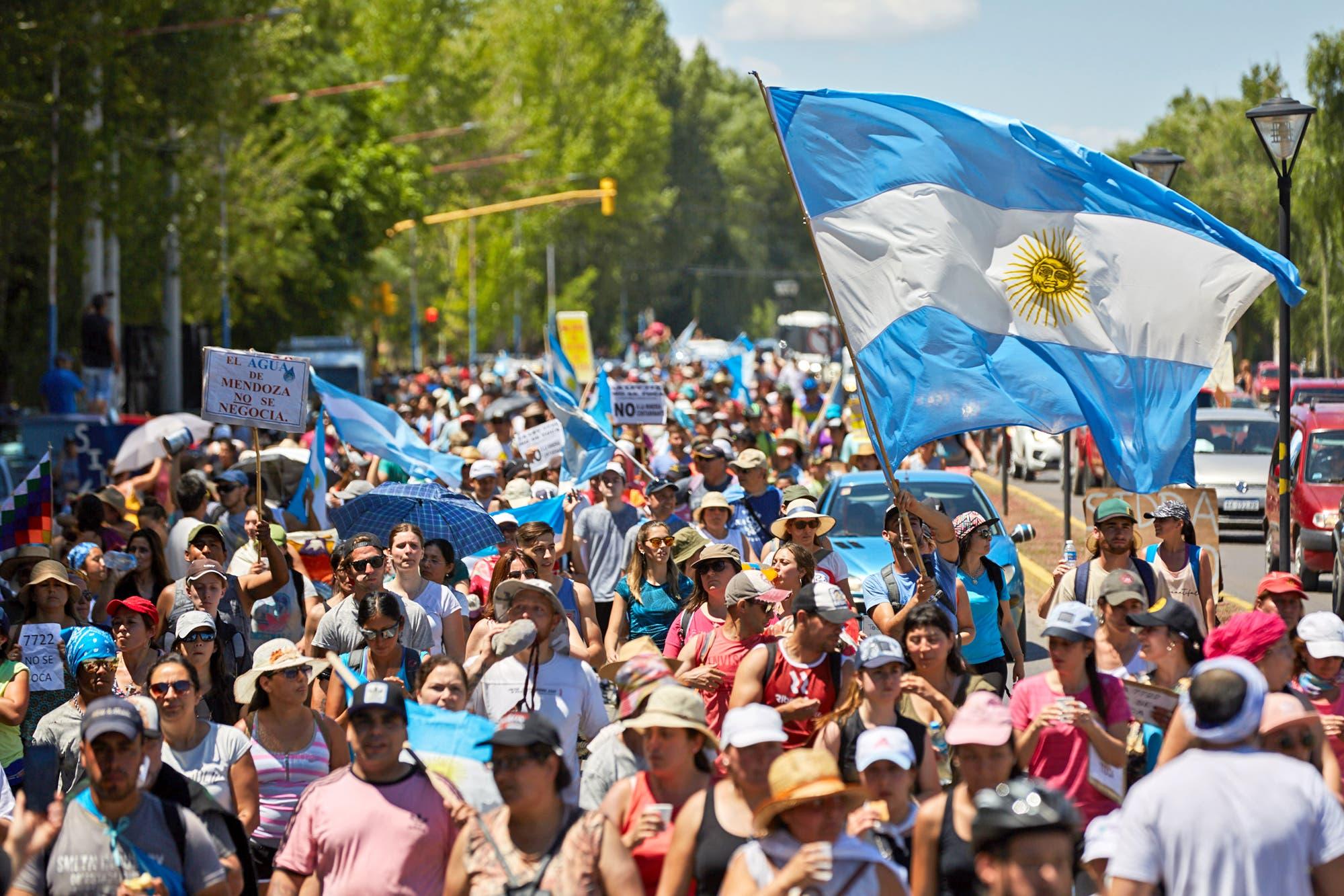 Masiva marcha en Mendoza contra la ley que permite usar cianuro en la minería