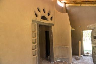 Frete lleva invertido un año en la construcción de su casa de barro.