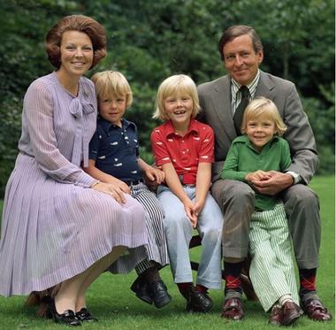 Beatriz, Claus y sus tres hijos Guillermo, Friso y Constantino.