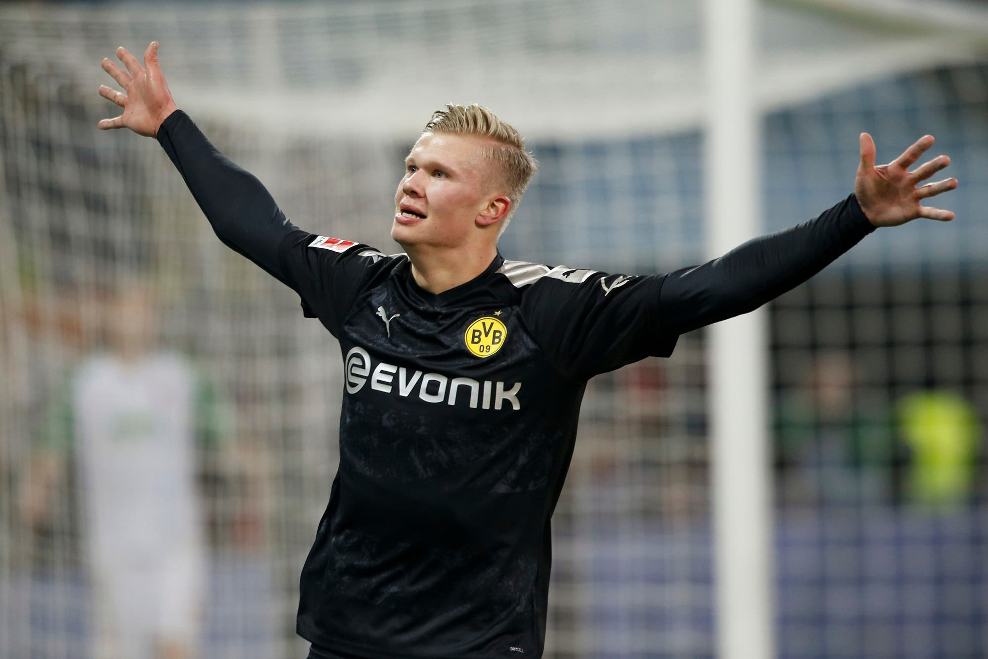 Erling Haaland, el noruego de 19 años que hizo tres goles en 20 minutos en su debut en Borussia Dortmund y duerme con la pelota