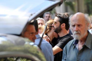 La actriz se mostró muy acongojada durante el responso que se le brindó a su madre durante la mañana del jueves, en el cementerio de la Chacarita